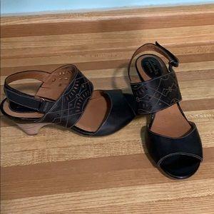 👠Clark's Artisan low heeled shoe . Super cute